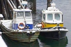 Barcos del tirón Nevado que se sientan en el puerto imagen de archivo libre de regalías