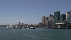 Barcos del transbordador y de vela en Darling Harbour Sydney almacen de metraje de vídeo