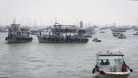 Barcos del turista y del pescador por el puerto almacen de video