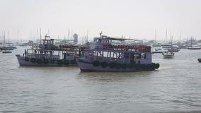 Barcos del turista y del pescador por el puerto almacen de metraje de vídeo