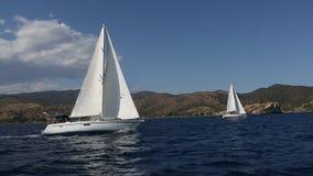 Barcos del velero con las velas blancas en el mar Filas de yates de lujo en el muelle del puerto deportivo almacen de video