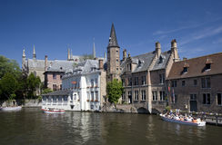 Barcos del viaje del canal, Dijver, Brujas, Bélgica Fotos de archivo libres de regalías