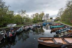 Barcos del viaje delante del castillo de Ross en Killarney Foto de archivo libre de regalías