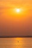 Barcos del yate en el lago en puesta del sol Imagen de archivo