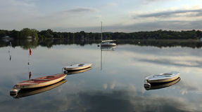 Barcos dentro no lago no nascer do sol foto de stock royalty free