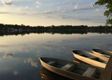 Barcos dentro no lago no nascer do sol fotografia de stock