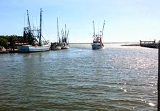 Barcos do camarão que entram no porto de Charleston fotografia de stock