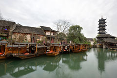 Barcos do chinês tradicional no canal de Wuzhen Fotografia de Stock