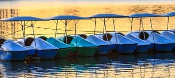 Barcos do ciclo da água em um lago Fotos de Stock Royalty Free