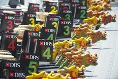 Barcos do dragão que esperam à raça na regata 2013 do rio de DBS Fotografia de Stock Royalty Free