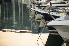 Barcos do iate no porto durante o por do sol Imagem de Stock