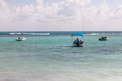 Barcos do mergulho autônomo e de pesca na turquesa México das caraíbas imagens de stock royalty free