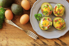 Barcos do ovo do abacate com bacon fotografia de stock