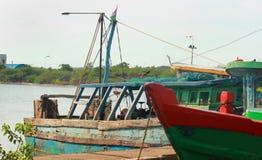 Barcos do pescador em um porto pequeno indiano fotografia de stock