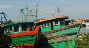 Barcos do pescador em um porto pequeno indiano fotos de stock royalty free