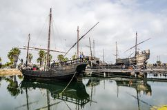 Barcos do pirata Navios de navigação de Caravel de Christopher Colombus hue foto de stock royalty free