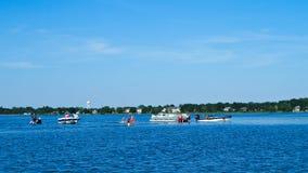 Barcos do pontão no sandbar no lago em Minnesota fotos de stock royalty free