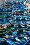 Barcos do ` s dos pescadores no porto de Setubal, Portugal fotografia de stock