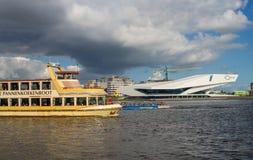 Barcos do turista e do cruzeiro no porto em Amsterdão Fotos de Stock