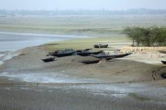 Barcos dos pescadores encalhados na lama na maré baixa na cidade de colocação em latas próxima de Malta do rio, Índia Imagens de Stock Royalty Free