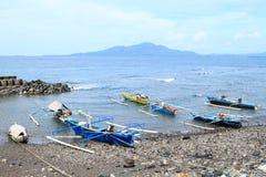 Barcos dos pescadores na praia de Malalayang em Manado fotos de stock royalty free