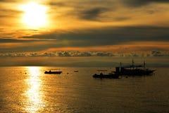 Barcos durante o por do sol em Negros oriental, Filipinas do recurso do VIP da residência privada Fotografia de Stock