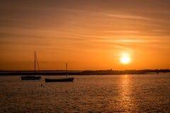Barcos durante puesta del sol Imagen de archivo libre de regalías