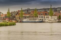 Barcos e casas amarrados em alkmaar Holanda holandesa imagem de stock