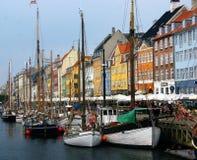 Barcos e casas coloridos em Nyhaven, Copenhaga Foto de Stock