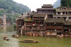 Barcos e casas de madeira na cidade de Phoenix, Tuojiang Imagem de Stock Royalty Free