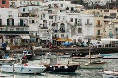 Barcos e casas no porto marítimo Fotografia de Stock