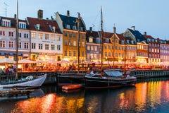 Barcos e casas velhas coloridas em nivelar Nyhavn, Copenhaga foto de stock