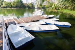 Barcos e barcos do pedal no parque de Lumpini Imagem de Stock