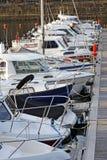 Barcos e iate amarrados em um porto Fotografia de Stock Royalty Free