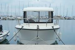 Barcos e iate de motor na amarração Fotos de Stock Royalty Free