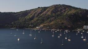 Barcos e iate de navigação na baía da ilha filme