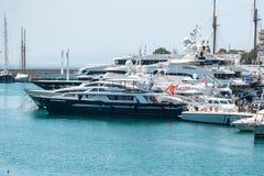 Barcos e iate de naviga??o pequenos entrados no porto de Piraeus, Gr?cia foto de stock