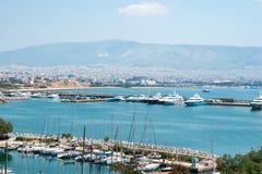 Barcos e iate de naviga??o pequenos entrados no porto de Piraeus, Gr?cia imagem de stock