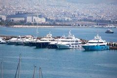 Barcos e iate de naviga??o pequenos entrados no porto de Piraeus, Gr?cia imagens de stock