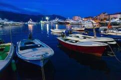 Barcos e iate de prazer no cais na terraplenagem de Budva, Montenegro Foto de Stock Royalty Free