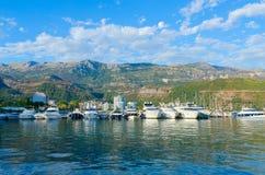 Barcos e iate de prazer no cais no passeio de Budva, Montenegro Foto de Stock