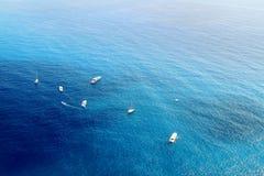 Barcos e iate que derivam nas águas dos azuis celestes do mar Mediterrâneo Fotos de Stock Royalty Free