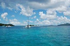 Barcos e isla abandonada Foto de archivo libre de regalías