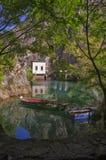Barcos e montanha pela represa na garganta de Matka Imagem de Stock