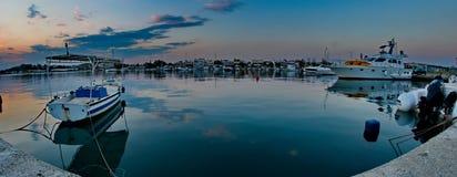 Barcos e navios em um porto Fotos de Stock Royalty Free