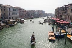 Barcos e barcos no canal Venetian - 2 foto de stock