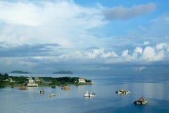 Barcos e oceano de navigação com céu azul Fotos de Stock Royalty Free