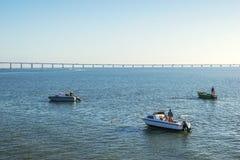 Barcos e ponte no horizonte foto de stock