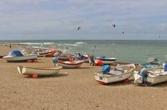 Barcos e surfistas de pesca em Klitmoller, Dinamarca Imagens de Stock