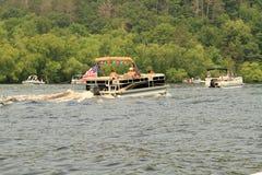 Barcos el pontón adornados para el 4to desfile Imágenes de archivo libres de regalías